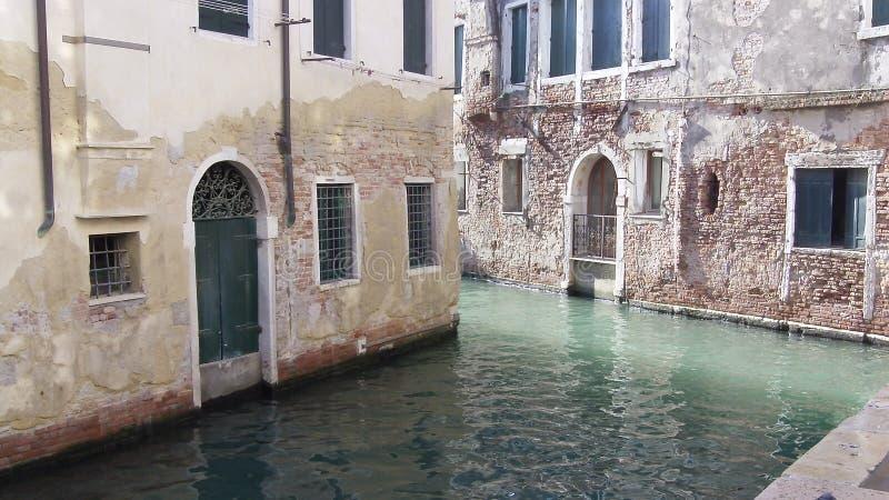 De romantiska kanalerna av Venedig Italien arkivbilder