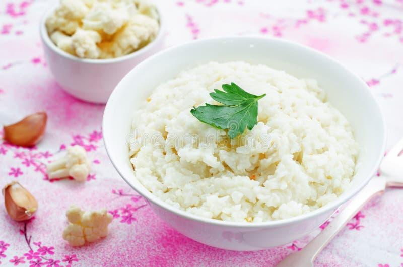 De romige rijst van het bloemkoolknoflook stock afbeeldingen