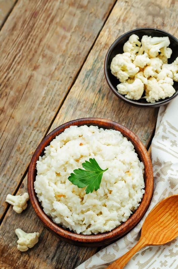 De romige rijst van het bloemkoolknoflook royalty-vrije stock foto