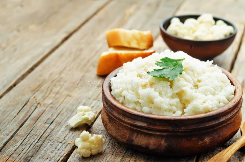 De romige rijst van het bloemkoolknoflook stock foto