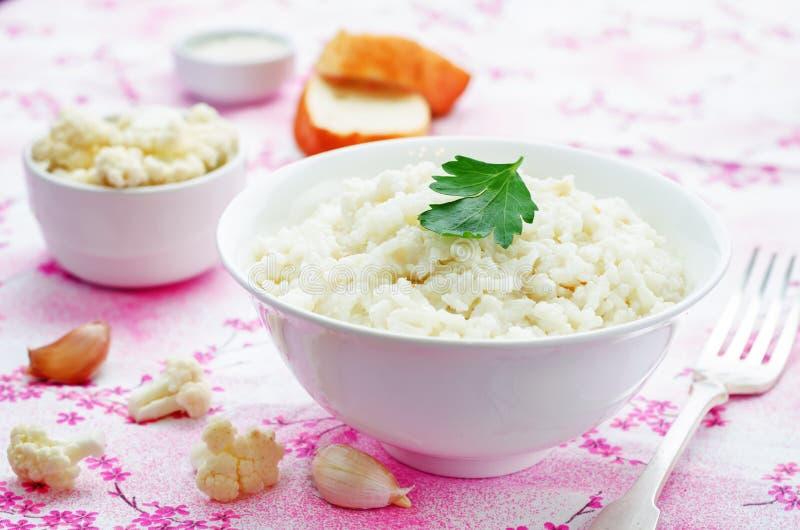 De romige rijst van het bloemkoolknoflook royalty-vrije stock fotografie
