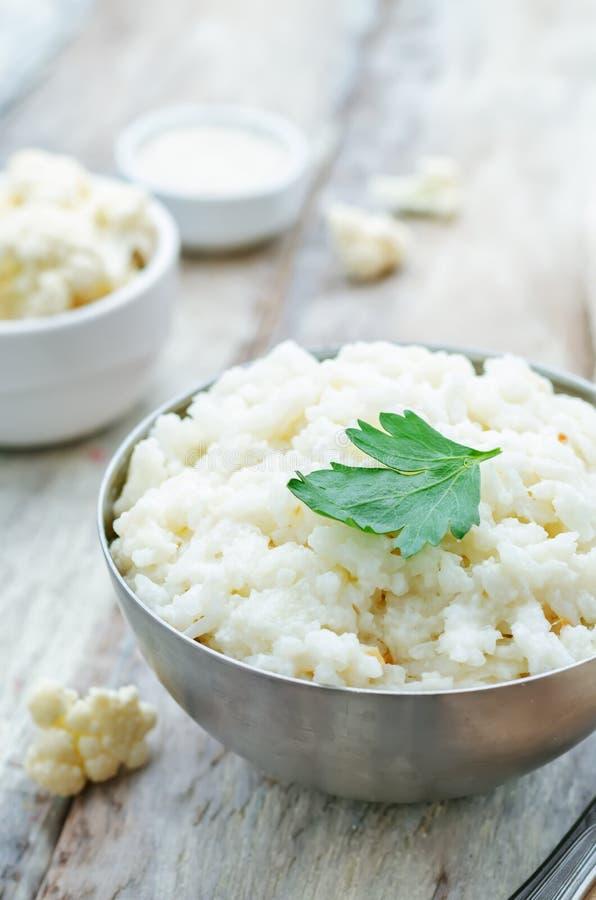 De romige rijst van het bloemkoolknoflook royalty-vrije stock afbeeldingen