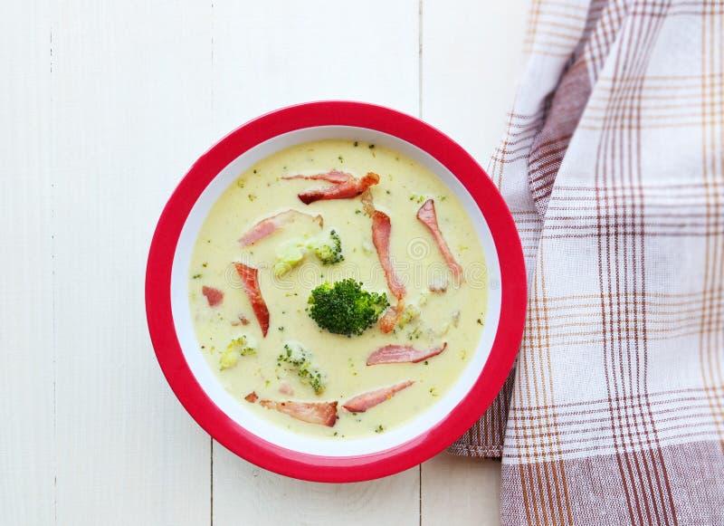 De romige soep van de broccolikaas in kom hoogste mening stock afbeeldingen