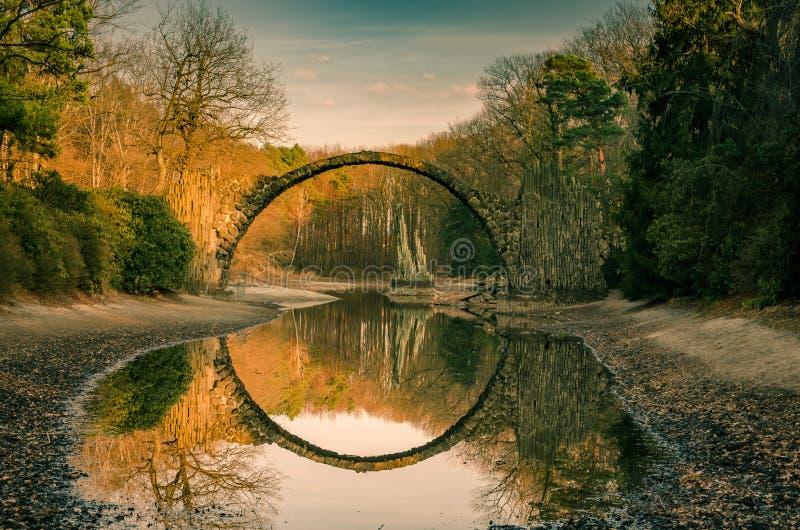 De rond gevormde brug van Rakotzbrà ¼ cke, Duitsland stock foto