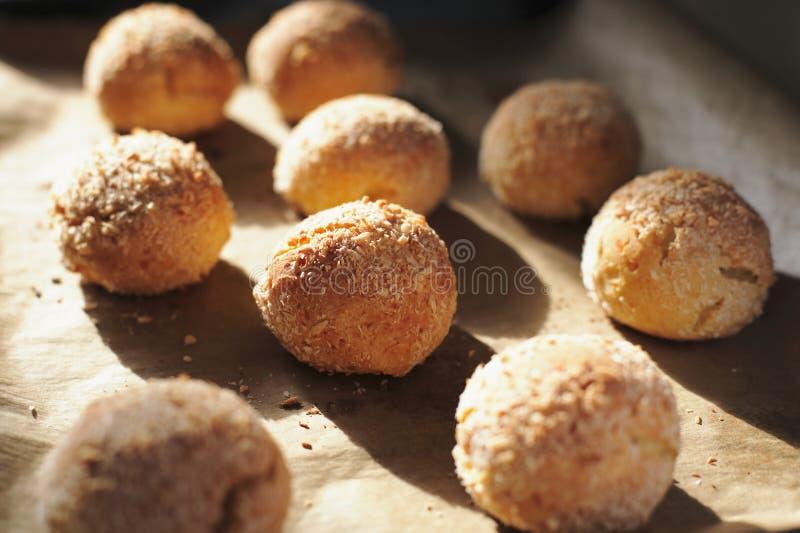 De ronde eigengemaakte kwarkbroodjes leggen op perkamentdocument in natuurlijk zonlicht Verse gebakjes voor het gezonde eten royalty-vrije stock fotografie