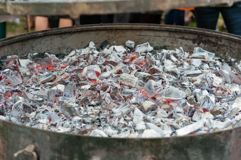 De ronde grill van de metaalhoutskool voor klaar barbecue stock afbeelding