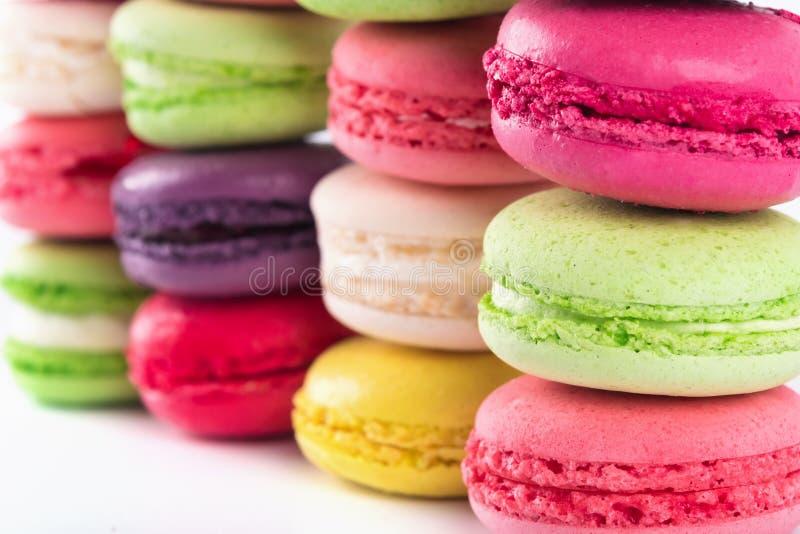 De ronde koekjes van een verschillende kleur liggen op een rij stock afbeelding