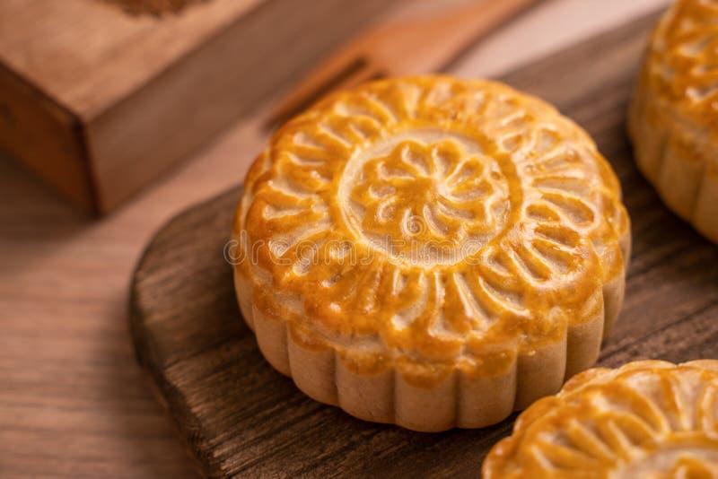 De ronde vormde maancake Mooncake - Chinees stijl traditioneel gebakje tijdens de medio-Herfstfestival/Maanfestival over houten a stock foto
