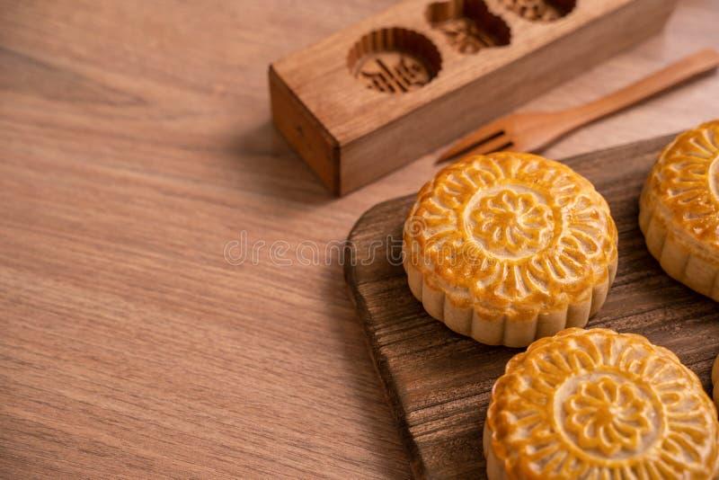 De ronde vormde maancake Mooncake - Chinees stijl traditioneel gebakje tijdens de medio-Herfstfestival/Maanfestival over houten a stock afbeelding