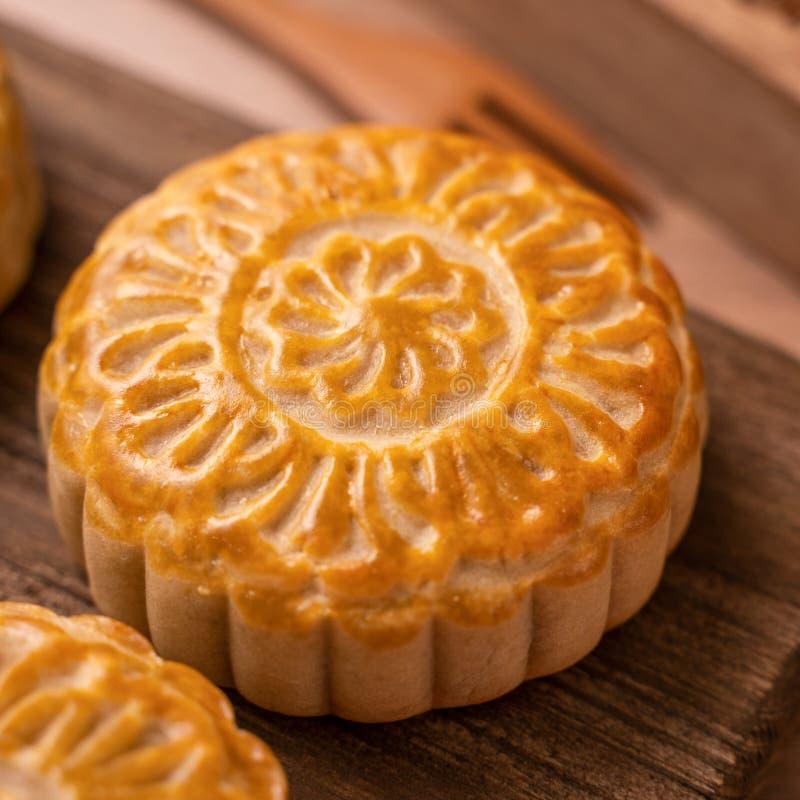 De ronde vormde maancake Mooncake - Chinees stijl traditioneel gebakje tijdens de medio-Herfstfestival/Maanfestival over houten a royalty-vrije stock foto