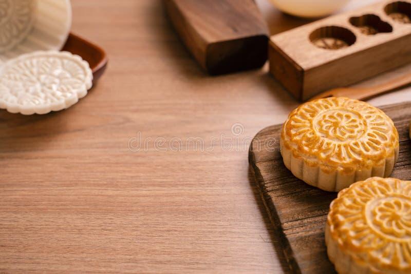 De ronde vormde maancake Mooncake - Chinees stijl traditioneel gebakje tijdens de medio-Herfstfestival/Maanfestival over houten a royalty-vrije stock afbeelding
