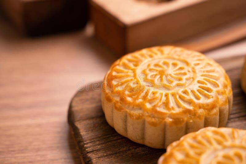 De ronde vormde maancake Mooncake - Chinees stijl traditioneel gebakje tijdens de medio-Herfstfestival/Maanfestival over houten a royalty-vrije stock fotografie