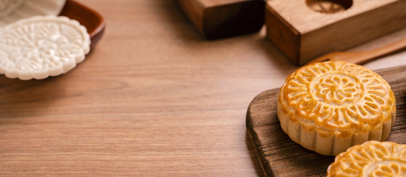De ronde vormde maancake Mooncake - Chinees stijl traditioneel gebakje tijdens de medio-Herfstfestival/Maanfestival over houten a stock afbeeldingen