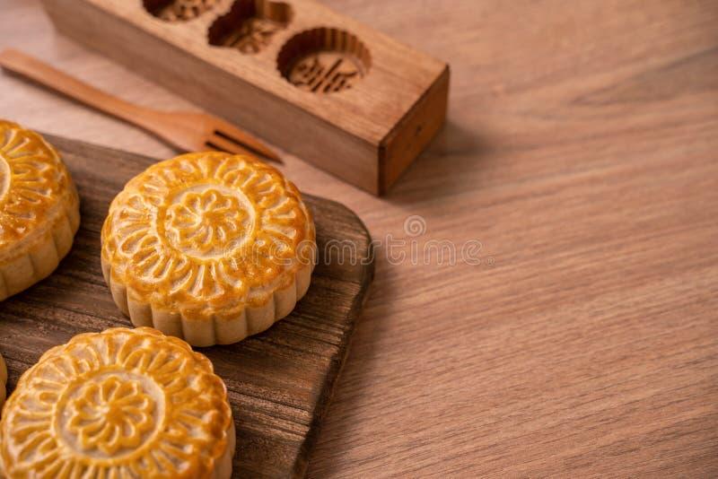 De ronde vormde maancake Mooncake - Chinees stijl traditioneel gebakje tijdens de medio-Herfstfestival/Maanfestival over houten a stock fotografie