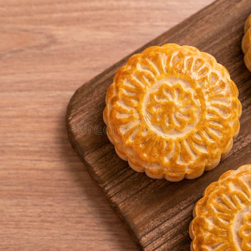 De ronde vormde maancake Mooncake - Chinees stijlgebakje tijdens de medio-Herfstfestival/Maanfestival over houten achtergrond en  stock foto