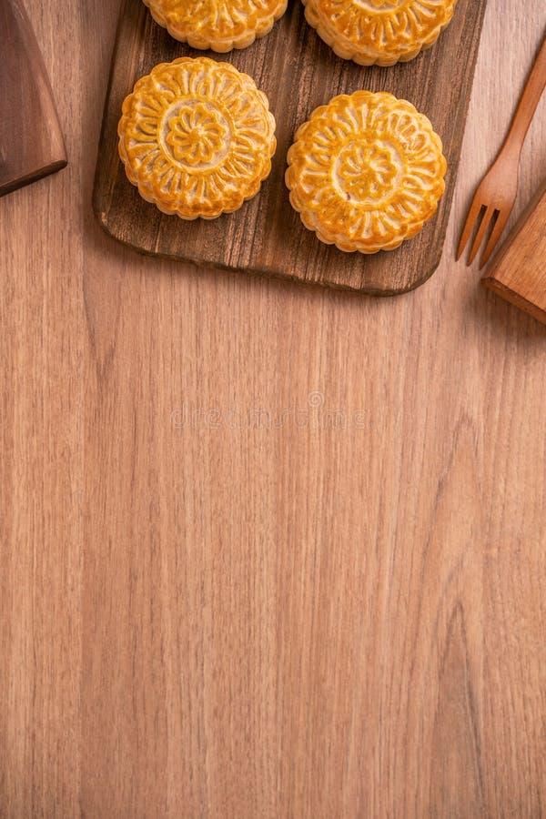 De ronde vormde maancake Mooncake - Chinees stijlgebakje tijdens de medio-Herfstfestival/Maanfestival over houten achtergrond en  royalty-vrije stock foto's
