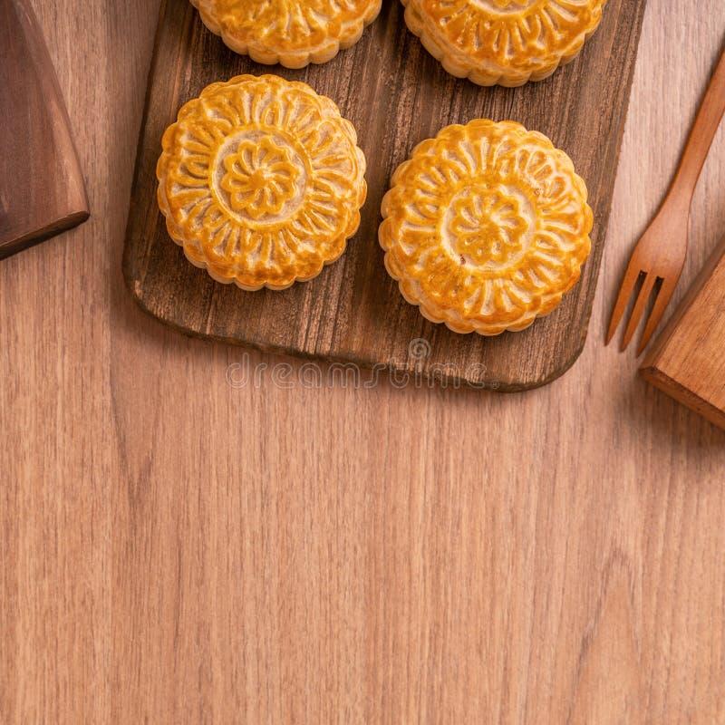 De ronde vormde maancake Mooncake - Chinees stijlgebakje tijdens de medio-Herfstfestival/Maanfestival over houten achtergrond en  royalty-vrije stock afbeelding