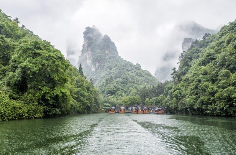 De Rondvaart van het Baofengmeer in een regenachtige dag met wolken en mist in Wulingyuan, Zhangjiajie Nationaal Forest Park, de  royalty-vrije stock afbeeldingen