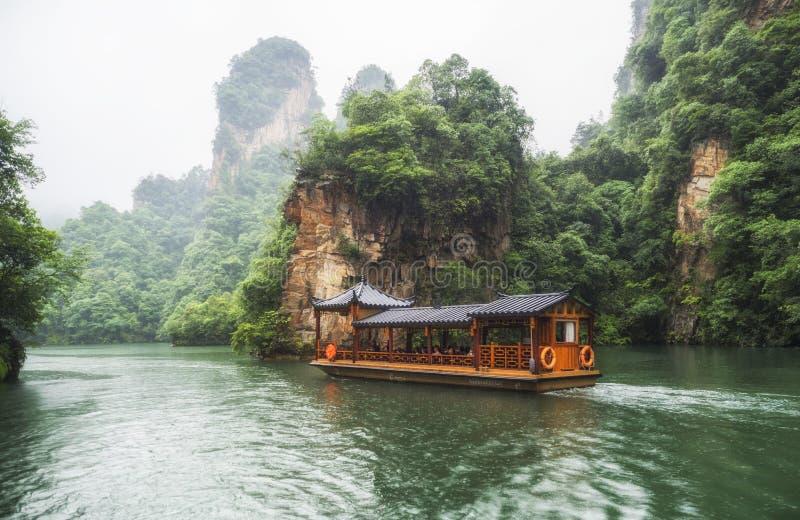 De Rondvaart van het Baofengmeer in een regenachtige dag met wolken en mist in Wulingyuan, Zhangjiajie Nationaal Forest Park, de  royalty-vrije stock foto's