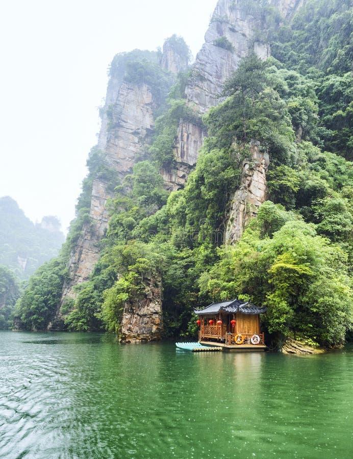 De Rondvaart van het Baofengmeer in een regenachtige dag met wolken en mist in Wulingyuan, Zhangjiajie Nationaal Forest Park, de  stock afbeeldingen