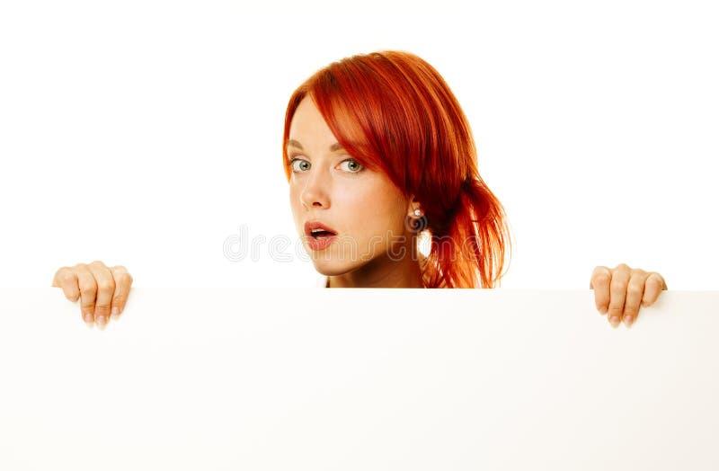 De roodharige van de vrouw over wit stock afbeelding