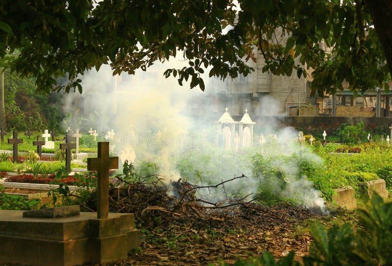 De rook van de crematiescène in een kerkhof uit deur stock foto's