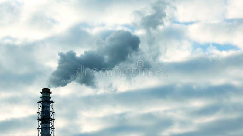 De rook van de schoorsteen van een industri?le onderneming in de hemel royalty-vrije stock afbeelding