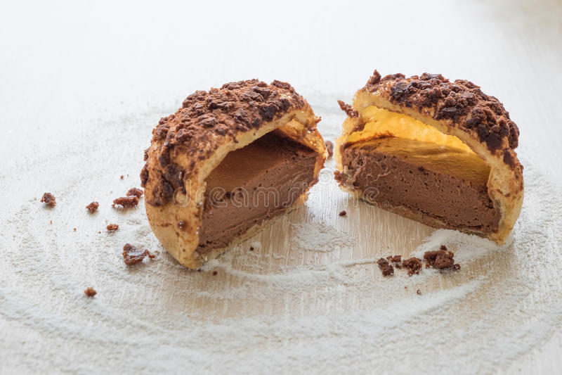 De rookwolkcake van de chocoladeroom Eclair cake stock fotografie