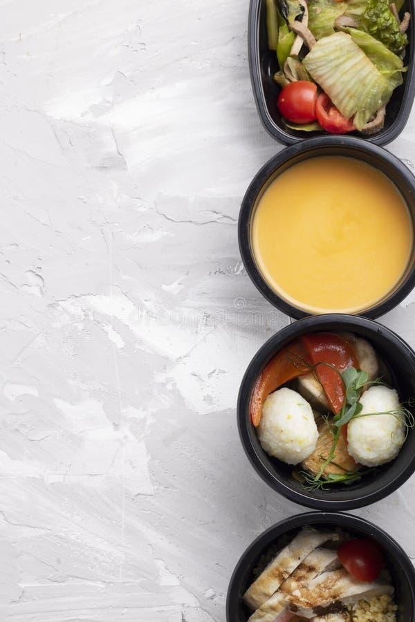 De room van de pompoensoep, gestoomde kip en groenten, klaar maaltijd voor juiste voeding en uitgebalanceerd dieet stock afbeeldingen