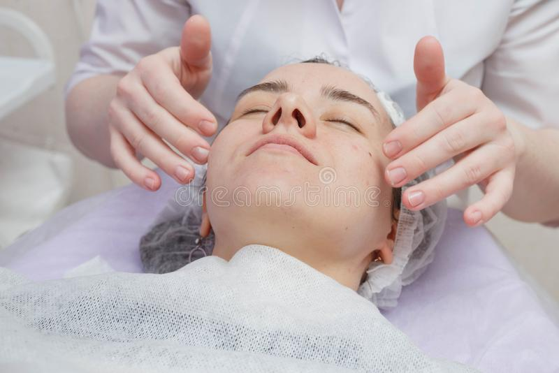 De room van schoonheidsspecialistnanost na bevochtigend gezichtsmasker stock afbeeldingen