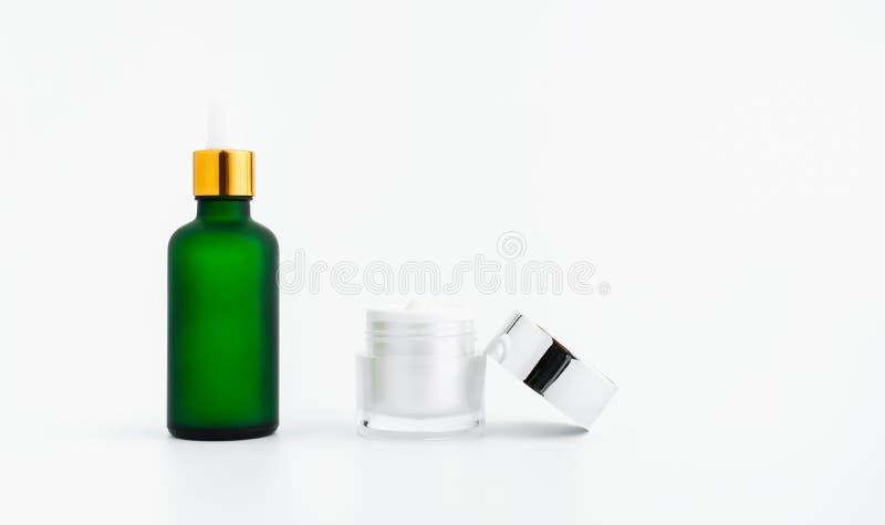 De room van de serumfles, model van het merk van het schoonheidsproduct Hoogste mening over de witte achtergrond royalty-vrije stock afbeelding