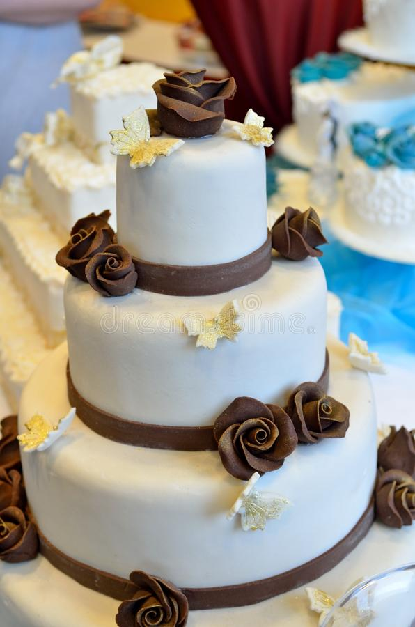 De roomcake van het huwelijk met decoratie stock afbeeldingen