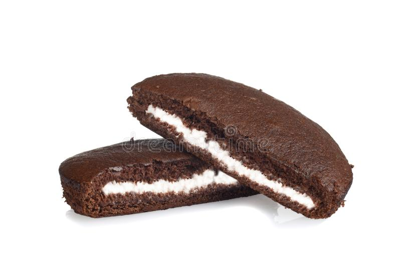 De roomcake van de twee plakkenchocolade op wit stock foto's