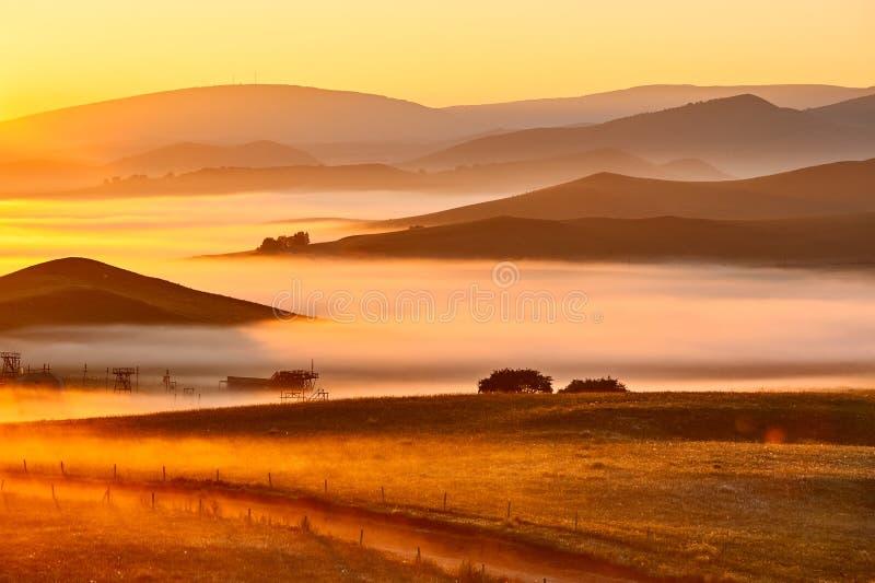 De rooskleurige wolken van dageraad en heuvels royalty-vrije stock foto