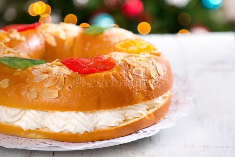 ` De Roscon de Reyes do `, sobremesa típica do espanhol do esmagamento fotografia de stock