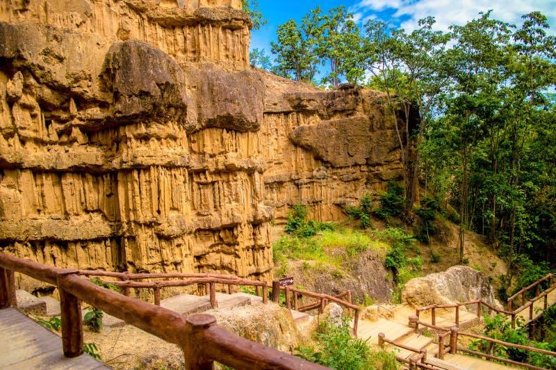 De rots beeldhouwt verbazend Thailand stock foto's