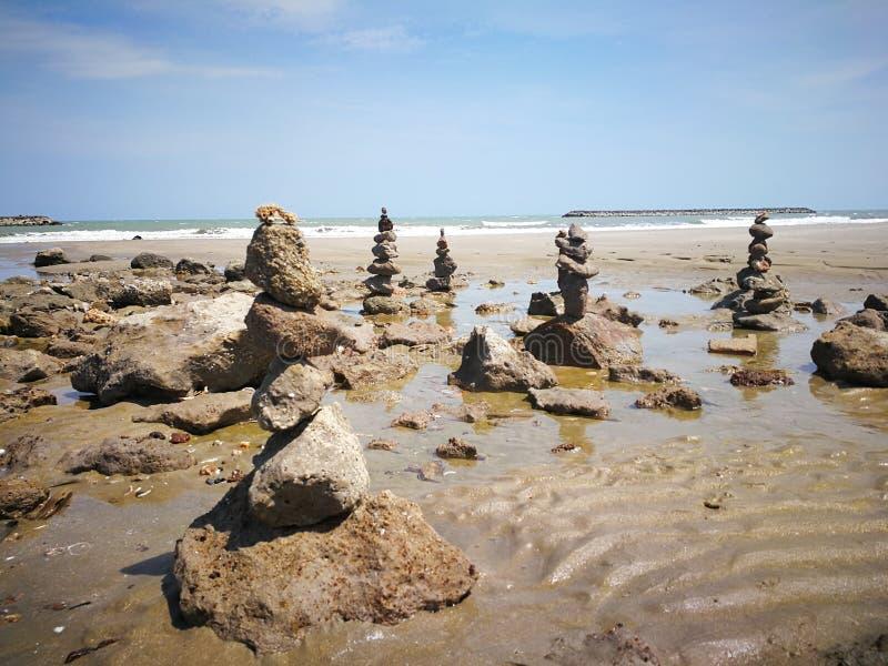 De rots die activiteiten stapelen is een andere activiteit op de kust met rotsen stock afbeelding
