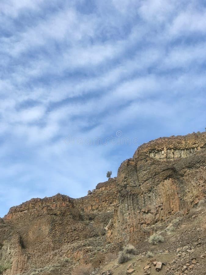 De rots en de hemel komen samen stock afbeeldingen