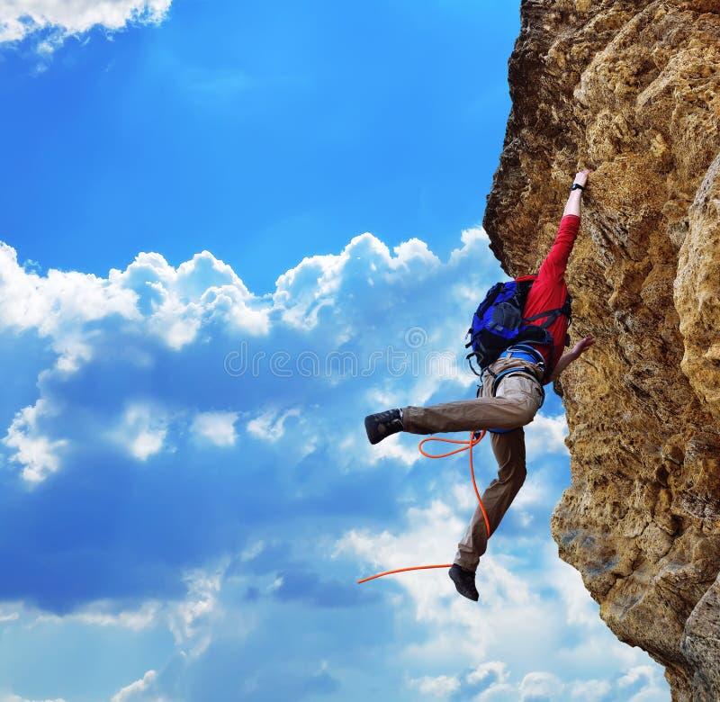 De rots-klimmer viel van een klip stock foto