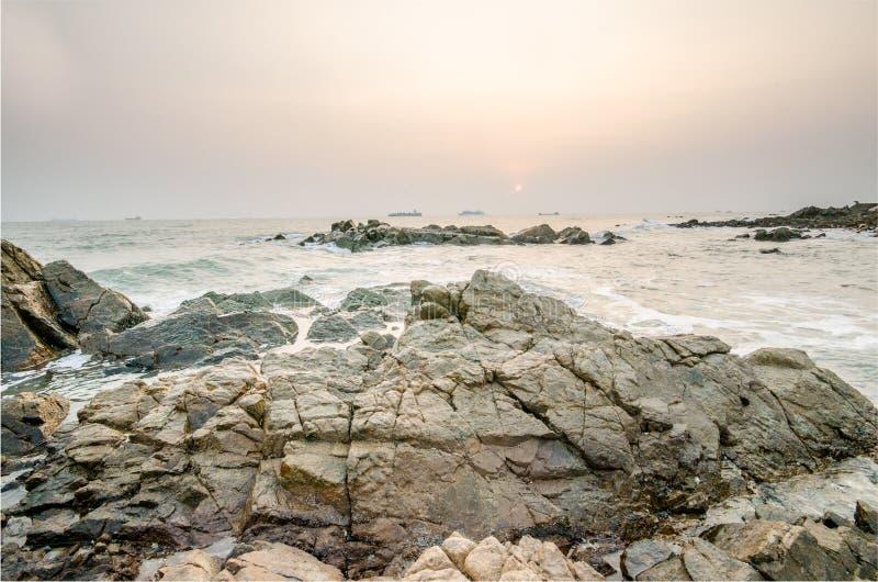 De rots op strandfebruari, 2018 stock afbeelding