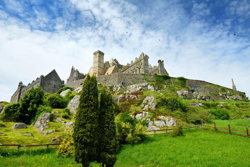 De Rots van Cashel, een historische die plaats in Cashel, Provincie Tipperary, Ierland wordt gevestigd royalty-vrije stock foto's
