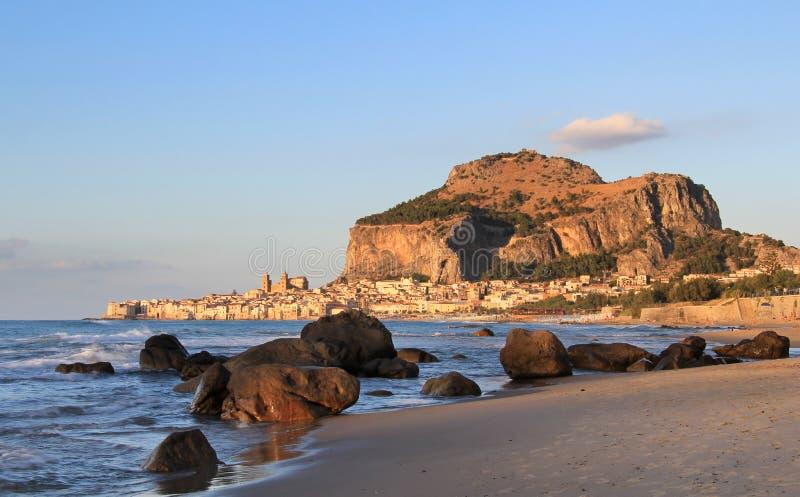 De rots van Cefalu en historische stad in zonsonderganglicht royalty-vrije stock afbeelding