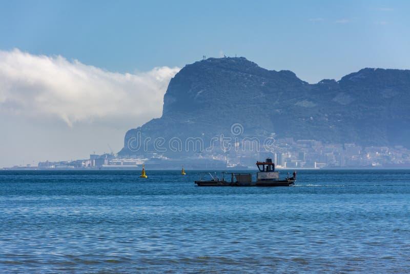 De rots van Gibraltar en een boot royalty-vrije stock afbeeldingen