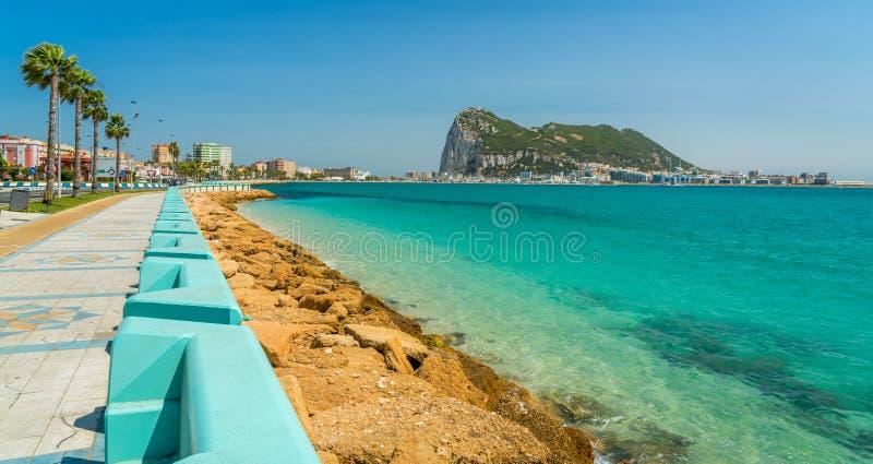 De rots van Gibraltar zoals die van La Linea DE La Concepción, in Spanje wordt gezien stock foto