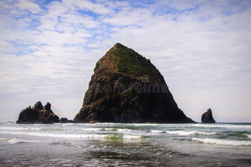 De rots van de hooiberg, het Strand van het Kanon, Oregon stock afbeeldingen