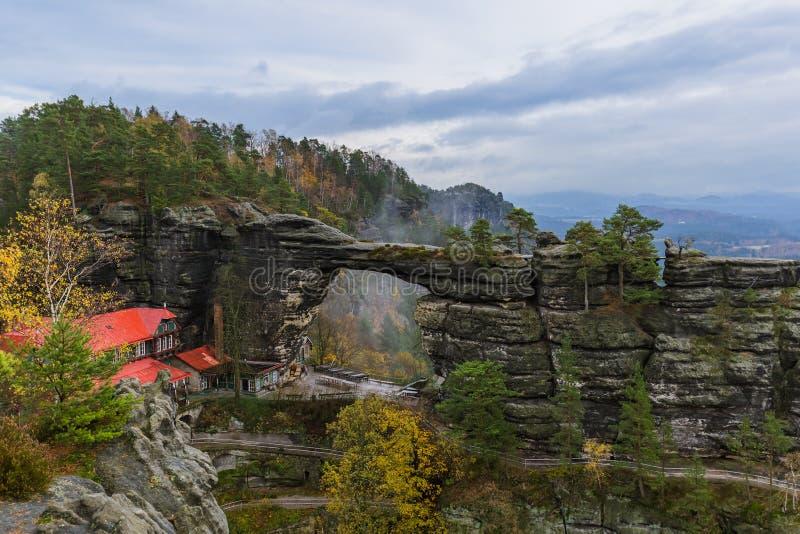 De rots van Pravcickabrana in Boheems Zwitserland - Tsjechische republiek stock fotografie