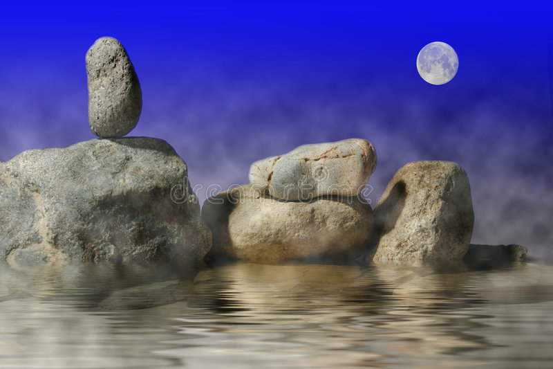 De rots van Zen zit alleen onder de maan stock foto