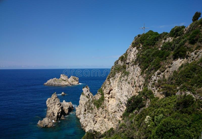 De rotsachtige kust van Korfu royalty-vrije stock fotografie