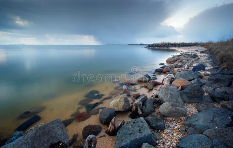 De rotsachtige kust van Peacuful royalty-vrije stock foto