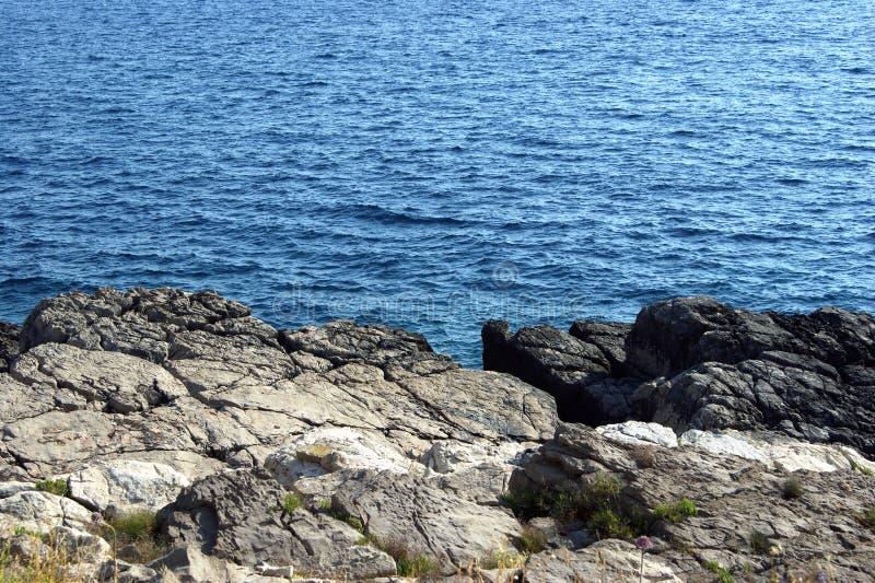 De rotsachtige kustlijn stock fotografie